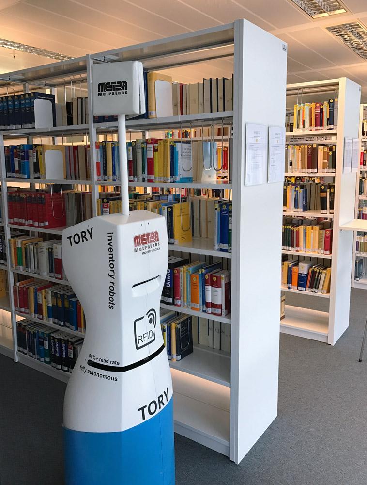 RFID Inventur-Roboter TORY führt eine Bestandsaufnahme der Bibliotheks-Bücher im Max-Planck-Institut durch