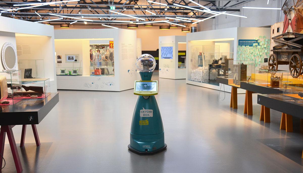 Tim-im-Technikmuseum-Serviceroboter-von-MetraLabs