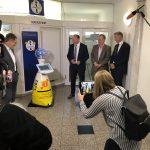 Die Stadt Ludwigsburg präsentiert ihren digitalen Helfer, den Servicetoboter L2B2, auf einer Pressekonferenz.