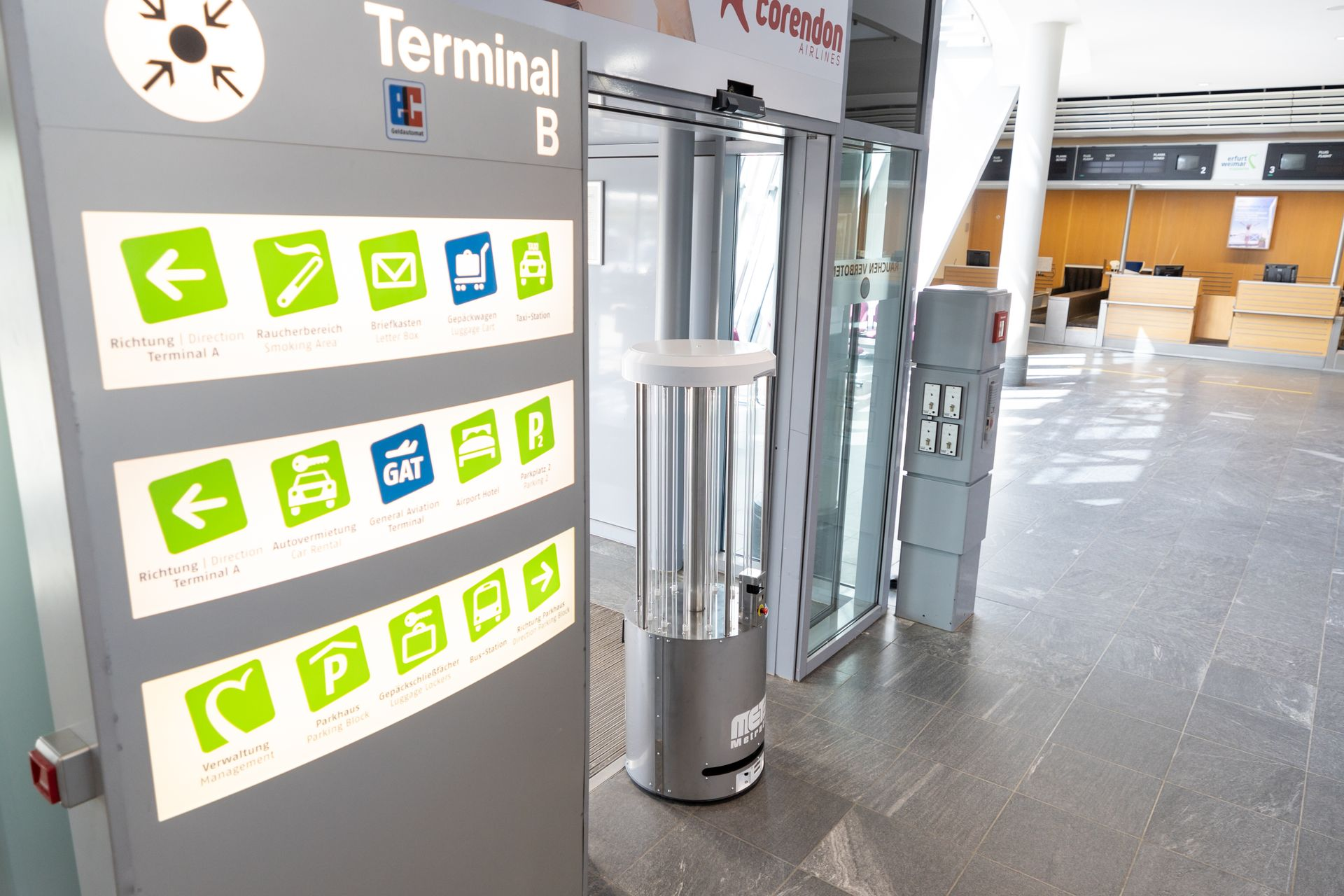Desinfektionsroboter im Flughafenterminal - MetraLabs GmbH - STERYBOT