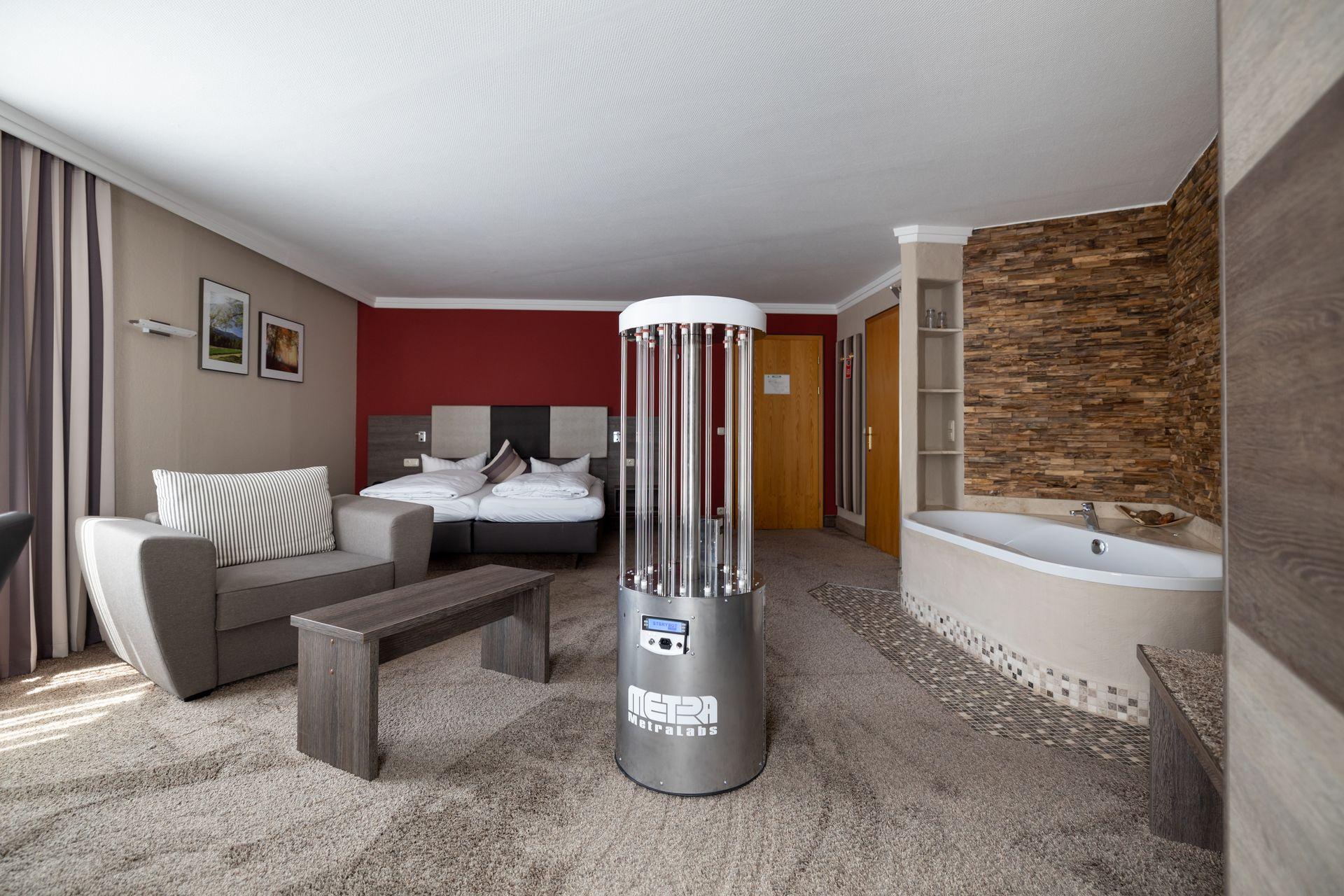 Desinfektionsroboter im Hotelzimmer - MetraLabs GmbH - STERYBOT