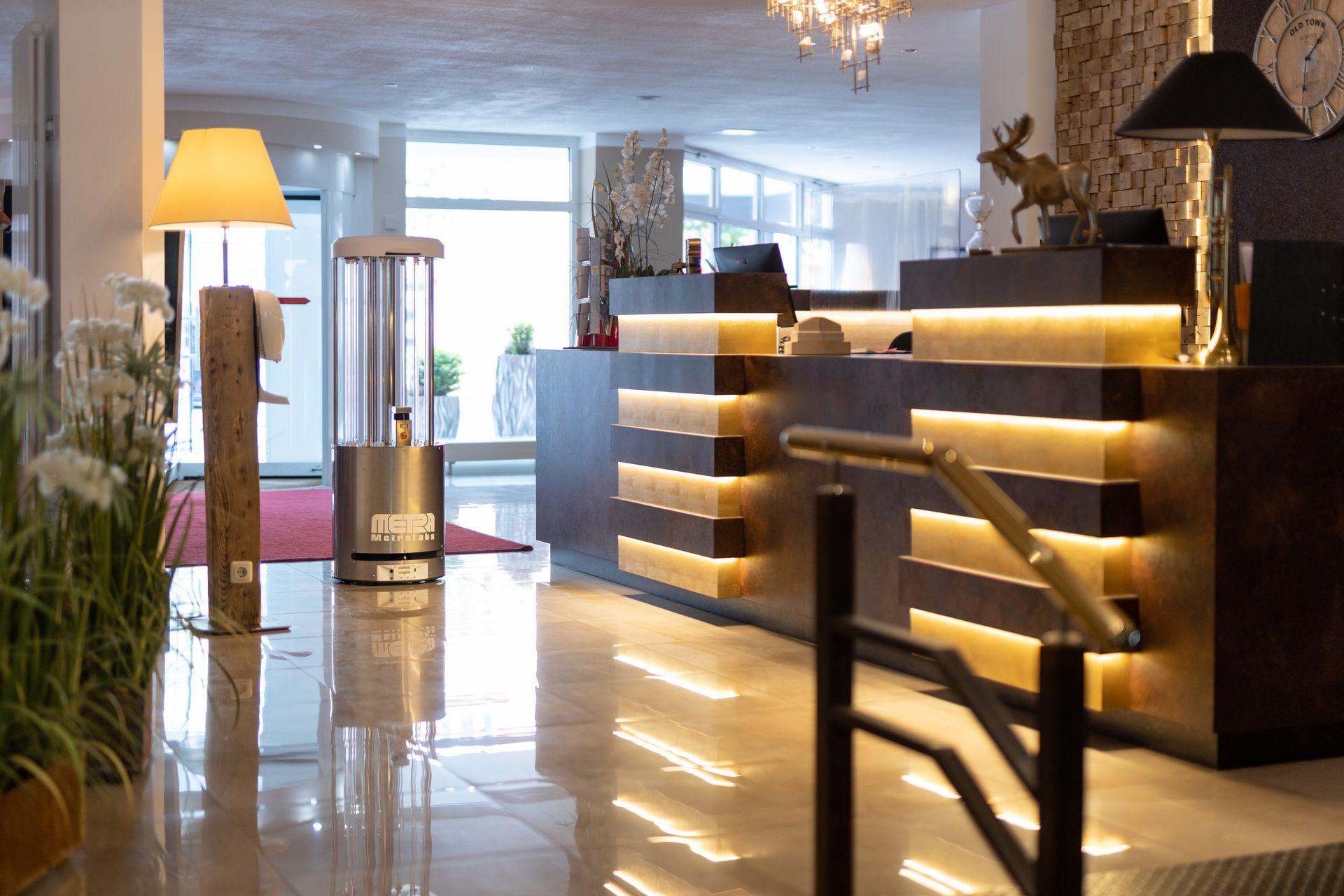 Desinfektionsroboter im Hotel an der Rezeption - MetraLabs GmbH - STERYBOT