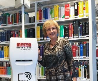 Inventur Roboter TORY erfasst Bücher in Bibliothek